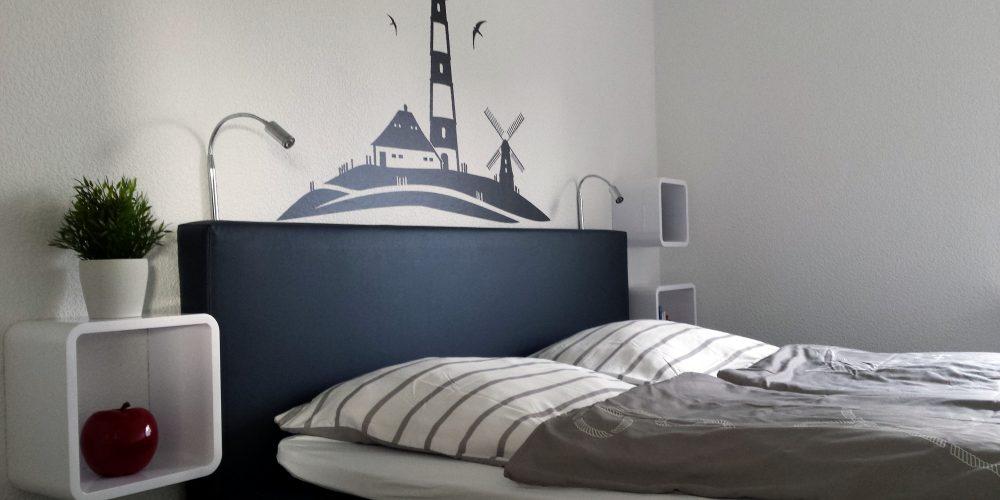Das Schlafzimmer im Erdgeschoss ist mit einem SWISS SENSE Boxspringbett ausgestattet  .