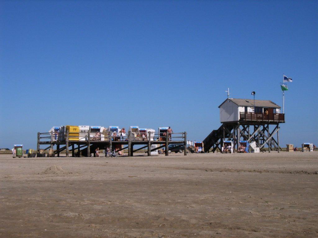 Pfahlbauten am Strand von St. Peter Ording